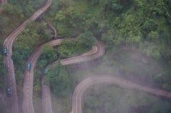 La carretera con curvas de la montaña de Zhangjiajie Tianmen del chino en la niebla imagenes de archivo