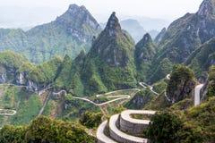 La carretera con curvas de la montaña de Tianmen, parque nacional de Zhangjiajie foto de archivo libre de regalías