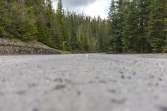 La carretera con curvas dobla en rural, solitario, montaña Imágenes de archivo libres de regalías