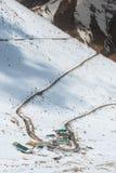 La carretera con curvas en el valle nevado, Leh Ladakh, la India Imágenes de archivo libres de regalías