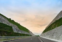 La carretera cortó en las colinas Fotografía de archivo