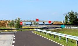 La carretera de asfalto con la muestra no entra Fotos de archivo libres de regalías