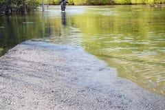 La carretera de asfalto va debajo del agua Fotografía de archivo