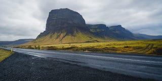 La carretera de circunvalación islandesa que va hasta el final alrededor Foto de archivo libre de regalías