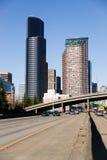 La carretera de la autopista 5 corta a través el horizonte céntrico de Seattle Imagen de archivo libre de regalías