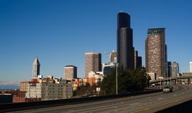 La carretera de la autopista 5 corta a través el horizonte céntrico de Seattle Imagenes de archivo