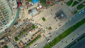 La carretera de la ciudad y el top urbano de la antena del emplazamiento de la obra abajo ven Fotos de archivo libres de regalías