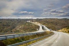 La carretera en colinas rurales de España Imagen de archivo libre de regalías