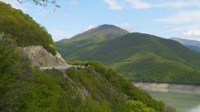 La carretera en las montañas, las montañas se cubre con el bosque almacen de video