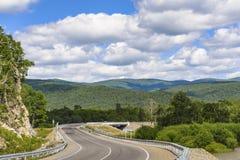 La carretera entre las colinas imagen de archivo libre de regalías