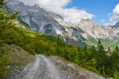 La carretera principal en la garganta de la montaña imagen de archivo