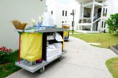 La carretilla de la herramienta de la limpieza del hotel Fotos de archivo libres de regalías