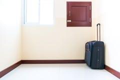 La carretilla del equipaje fue colocada en la esquina del cuarto Foto de archivo libre de regalías
