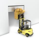 La carretilla elevadora con la alta carga golpea la puerta Imagen de archivo