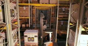 La carretilla elevadora lleva las cajas con los productos en el almac?n, carretillas elevadoras que viajan entre las filas en el  almacen de video