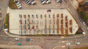La carretilla elevadora lleva las tuberías de acero grandes del metal en un sitio industrial en Sheffield - verano 2018 almacen de video