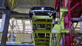La carrocería sube en una elevación en la planta de AVTOVAZ almacen de metraje de vídeo