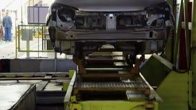 La carrocería sube en una elevación en la planta de AVTOVAZ almacen de video
