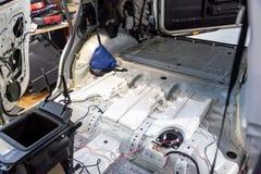 La carrosserie démontée, à l'intérieur de SUV blanc, avec des pièces et des éléments intérieurs a enlevé, préparé à la restaurati photo libre de droits