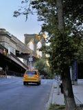 La carrozza di tassì gialla si avvicina al ponte di Brooklyn Fotografia Stock Libera da Diritti