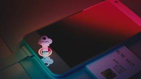 La carta è la chiave per sbloccare il telefono Furto dei telefoni cellulari Fotografia Stock