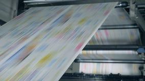 la carta Colore-stampata sta rotolando attraverso il meccanismo poligrafico Concetto falso di notizie video d archivio