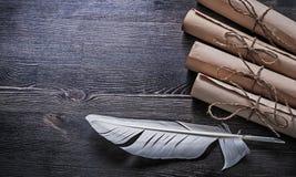 La carta d'annata della piuma rotola con corda su di legno Fotografia Stock