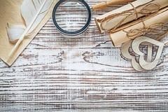 La carta d'annata dello strato rotola i cuori che di legno della piuma la lente sopra corteggia Fotografia Stock Libera da Diritti