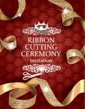 La carta d'annata elegante di cerimonia di taglio del nastro con seta ha strutturato i nastri arricciati dell'oro ed il fondo di  Fotografia Stock