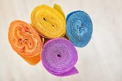 La carta da imballaggio ondulata è torta in quattro rotoli colorati fotografie stock