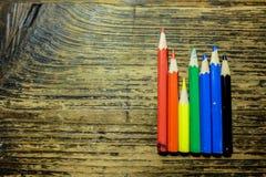 La carta de negocio con color dibujó a lápiz en la tabla de madera Fotografía de archivo