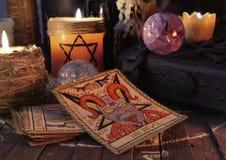 La carta de tarot con los objetos y la vela mágicos Imágenes de archivo libres de regalías