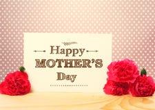La carta del messaggio del giorno di madri con il garofano rosa fiorisce immagini stock