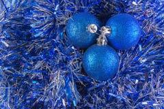 La carta del nuovo anno con le palle blu, fiocchi di neve bianchi spuma, abbronzatura arancio Fotografia Stock Libera da Diritti