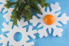 La carta del nuovo anno con le palle blu, fiocchi di neve bianchi spuma, abbronzatura arancio Immagini Stock