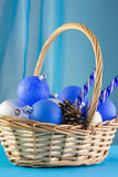 La carta del nuovo anno con le palle blu, fiocchi di neve bianchi spuma, abbronzatura arancio Fotografie Stock Libere da Diritti