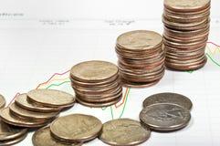 La carta del precio de las acciones con las monedas. Fotografía de archivo libre de regalías