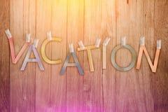 La carta del testo di vacanza ha tagliato il bastone sul fondo di legno della plancia jpg Fotografie Stock Libere da Diritti