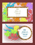 La carta dell'invito con oro ha strutturato le strutture, i fiori ed il nastro Fotografie Stock Libere da Diritti