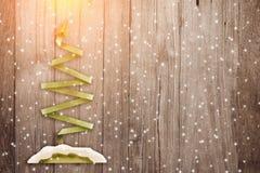 La carta della cartolina dell'albero di Natale ha tagliato lo stile su fondo di legno jpg Fotografie Stock