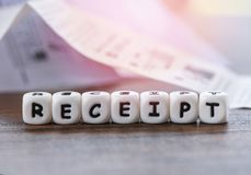 La carta della ricevuta sull'ufficio della tavola con taglia il foglio paga a cubetti del registratore di cassa della carta della fotografia stock libera da diritti