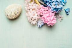 La carta di pasqua con i fiori dei giacinti e la decorazione egg su fondo verde chiaro Immagine Stock