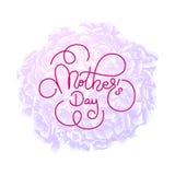 La carta di regalo della festa con il giorno del ` s della madre dell'iscrizione della mano sulla viola fiorisce il fondo Modello Fotografie Stock Libere da Diritti