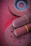 La carta di smeriglio abrasiva dei dischi di macinazione delle ruote della falda rotola Immagine Stock
