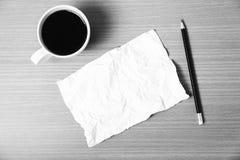 La carta e la matita con colore in bianco e nero della tazza di caffè tonificano lo styl Fotografia Stock