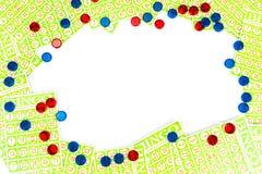 La carta ed il chip di bingo sistemano avere fondo concentrare dello spazio Immagine Stock Libera da Diritti
