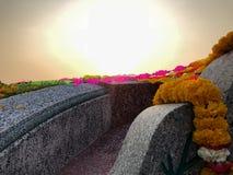 La carta ed il fiore variopinti erano sul cimitero cinese per respe fotografie stock