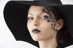 La carta en la muchacha de maquillaje creativa de la cara Foto de archivo
