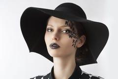 La carta en la muchacha de maquillaje creativa de la cara, ella l Foto de archivo libre de regalías