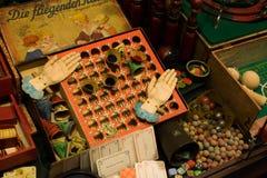 La carta europea d'annata ha stampato il gioco da tavolo per i bambini e gli adolescenti fotografia stock